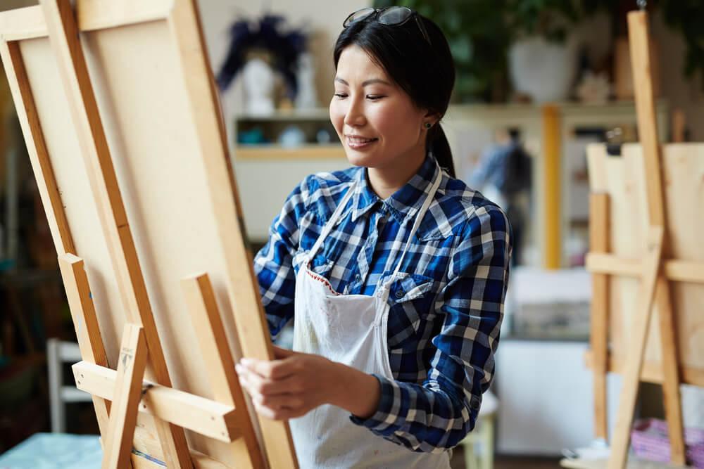 perempuan melukis