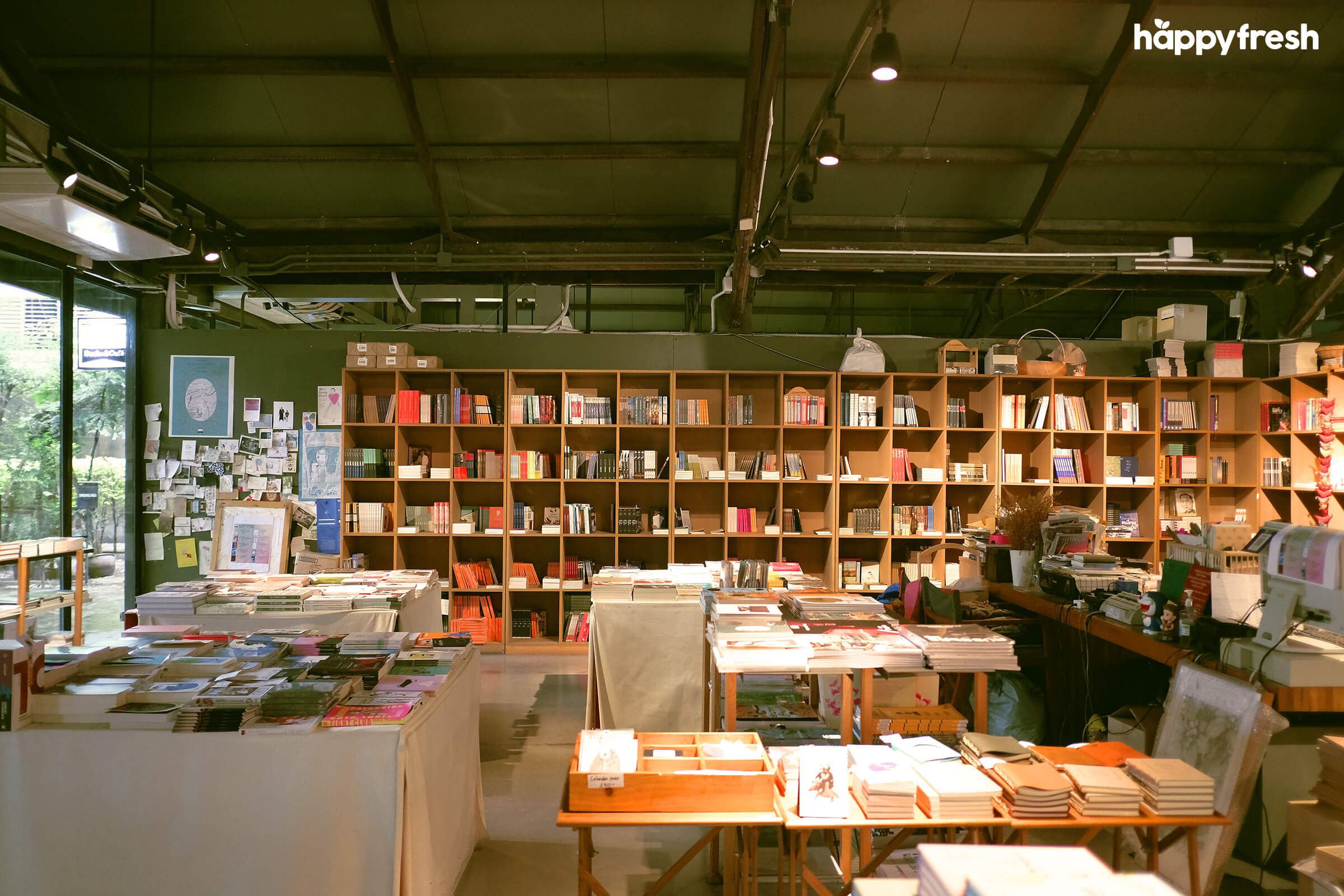 HappyFresh_Review_5_Cafes_Bookstores_In_Bangkok_Candide_Books