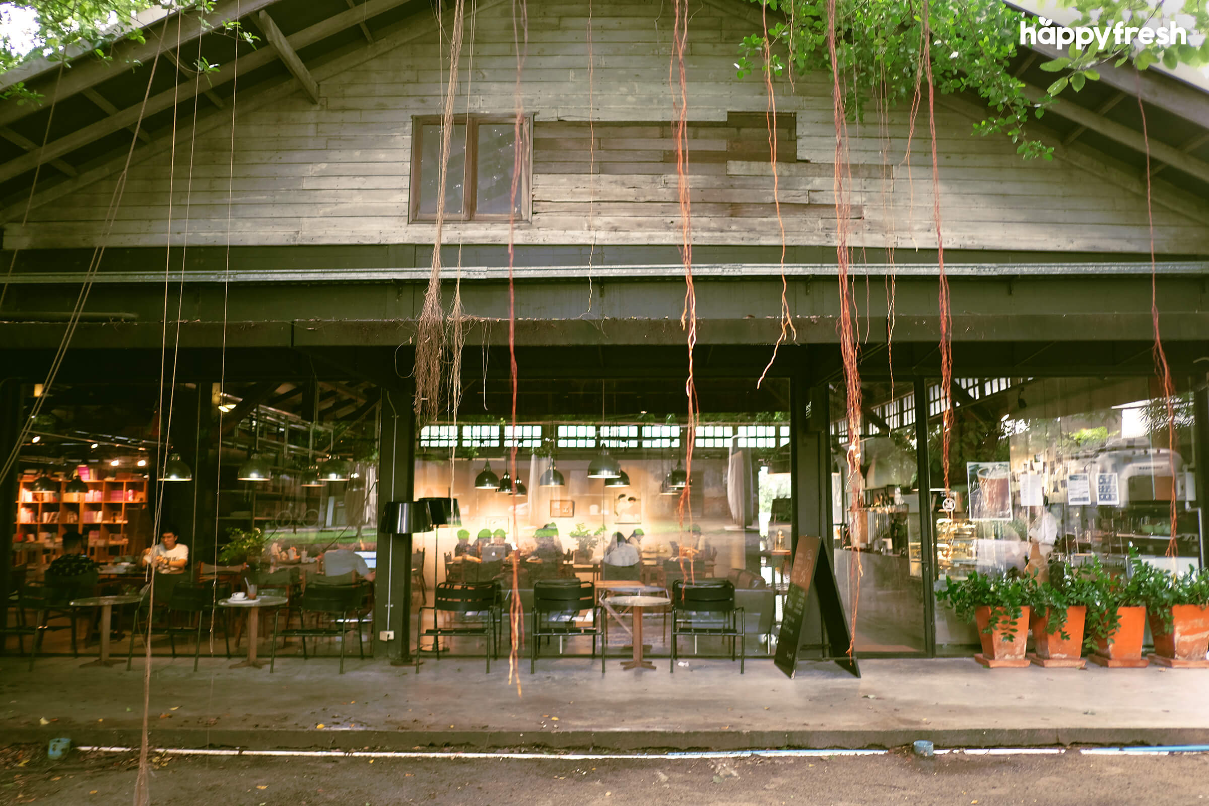 HappyFresh_Review_5_Cafes_Bookstores_In_Bangkok_Candide_Cafe