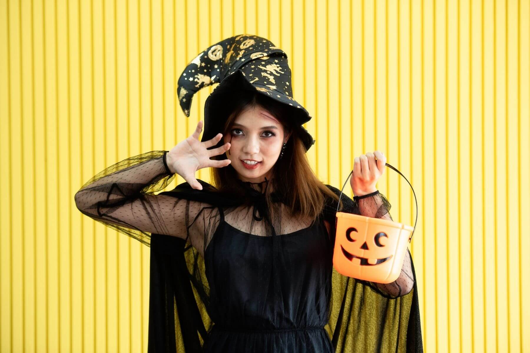 HappyFresh_10_Ideas_Halloween_Low_Cost_Costumes_Witch
