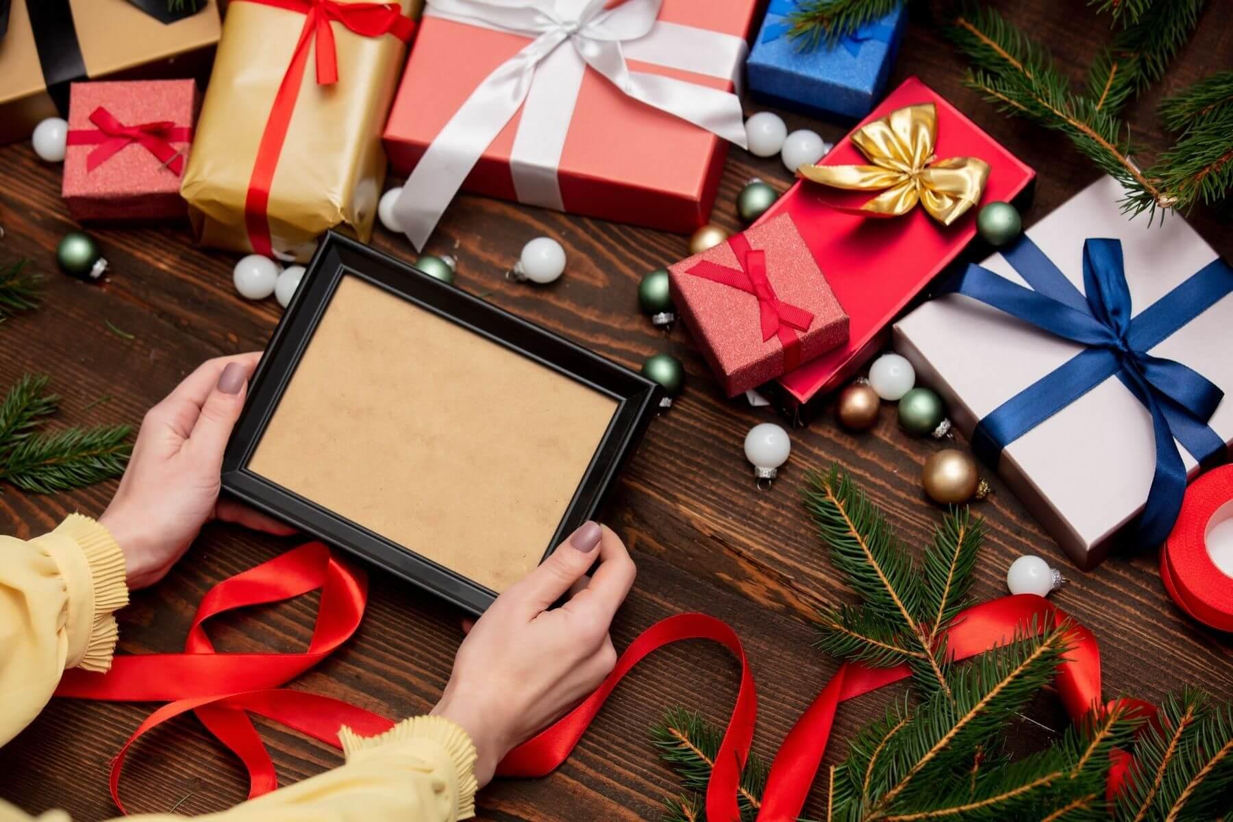 ห่อกรอบรูปด้วยกระดาษห่อของขวัญ